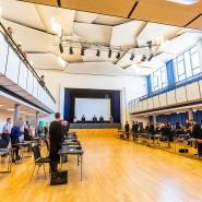 Wegen der Corona-Pandemie umgewidmet: Die Prozessbeteiligten stehen am Donnerstag vor Verkündung des Urteils im Paulussaal in Freiburg.