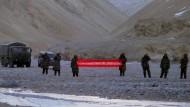 """""""Sie haben die Grenze überschritten"""": Chinesische Soldaten in Ladakh rufen das indische Militär 2013 zum Rückzug auf."""
