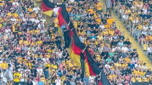 Dresdner Ordner tragen Neonazi-Shirts