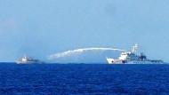Im südchinesischen Meer beschießt ein chinesisches Schiff ein vietnamesisches Boot mit einer Wasserkanone. Chinas Staatsmedien haen inzwischen zugegeben, das Boot beschädigt zu haben.