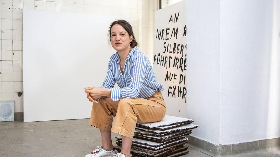 Die Künstlerin Lena Grewenig in ihrem Atelier in den Opelvillen von Rüsselsheim.