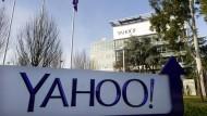 Yahoo erklärte auf Anfrage lediglich, man halte sich an die Gesetze der Vereinigten Staaten.