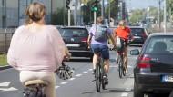 Platz da: Auf dem neu angelegten Radweg auf der Eschersheimer Landstraße lässt es sich sehr viel entspannter radeln.