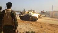 Ein Screenshot aus einem Video, das von Chalifa Haftars Truppen verbreitet wurde, soll Gefechte in einem südlichen Stadtteil von Tripolis zeigen.