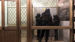 Razzien: Maskierte brechen Wohnungstür auf
