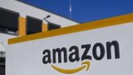 Das Logo des Onlinehändlers Amazon vor einem Logistikzentrum des Unternehmens in Dortmund.