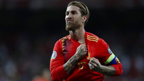 Spanien gewinnt Topspiel gegen Schweden