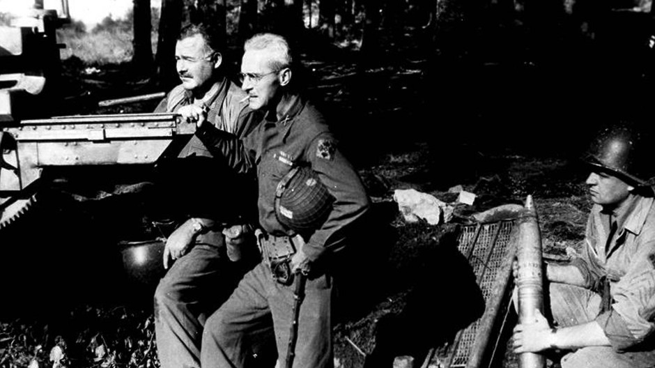 Gute Freunde: Ernest Hemingway (links) und Colonel Charles T. Lanham posieren im September 1944 mit beschlagnahmter Artillerie.