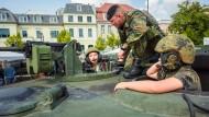 Mehr Nachwuchs: Junge Besucher während des Tages der offenen Tür der Bundesregierung im Bundesministerium der Verteidigung