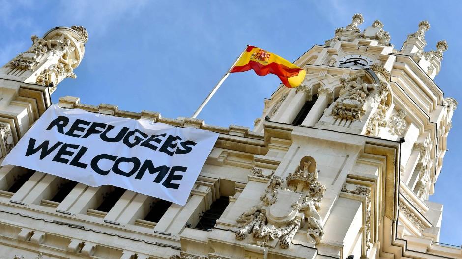 Am Palacio de Cibeles in Madrid, dem Sitz der Stadtverwaltung, prangte im September 2015 ein Plakat, dass Geflüchtete willkommen hieß.