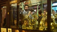 Bloß weg hier: Menschen, die am 13. November 2015 aus dem Konzertsaal Bataclan in Sicherheit gebracht wurden.