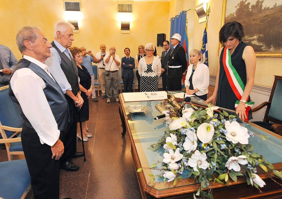 Die beiden wurden von der Turiner Bürgermeisterin  Chiara Appendino (rechts) getraut.