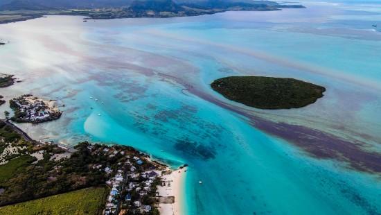 Handgemachte Barrieren gegen 1000 Tonnen Öl vor Mauritius