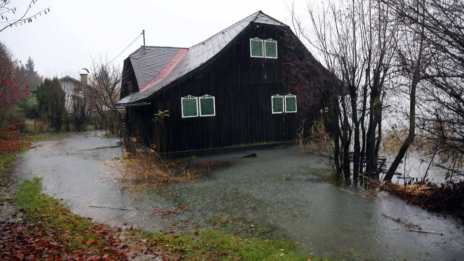 Faak Am See: Nach starken Regenfällen im Süden des Landes kam es zu Überschwemmungen rund um den Faaker See. Mehrere Seen im österreichischen Bundesland Kärnten sind über die Ufer getreten.
