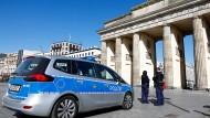 Rund 290 Polizisten sind im Einsatz: Auch vor dem Brandenburger Tor gelten die Regeln.