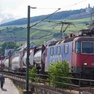Laute Lage: Ein Güterzug durchquert Rüdesheim