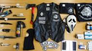 """Brachiale Ausstattung: Beschlagnahmte Gegenstände nach Durchsuchungen bei den """"Black Jackets"""""""