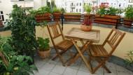Grünanlage: Auf einem Balkon können außer Blumen auch Tomaten und allerlei Kräuter gut gedeihen.