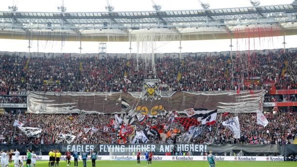 Eintracht bleibt den Bayern auf den Fersen