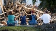 Spur der Verwüstung: Besonders schlimm war Simbach am Inn von dem Hochwasser betroffen. Hier blicken Anwohner auf das Resultat des Unwetters.
