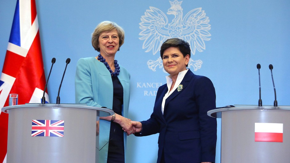 Händeschütteln in Warschau: Theresa May und Beata Szydlo bei einem Treffen im Juli.