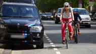 Schutzstreifen schon besetzt: Radfahrer müssen ausweichen.