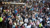 Auflauf:  Am Frankfurter Flughafen wurden im abgelaufenen Jahr so viele Passagiere abgefertigt wie nie zuvor.