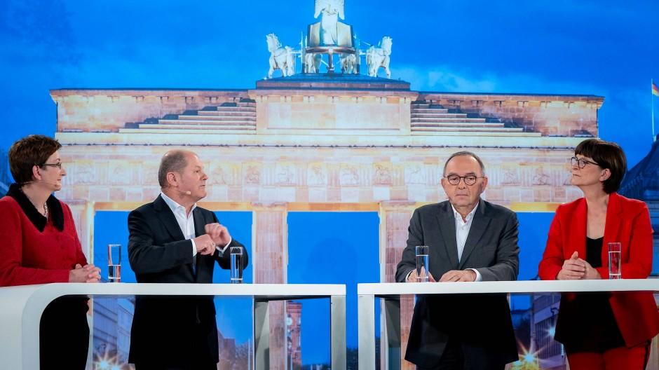 Die Kandidaten-Duos für den SPD-Vorsitz (von links nach rechts): Klara Geywitz, Olaf Scholz, Norbert Walter-Borjans und Saskia Esken