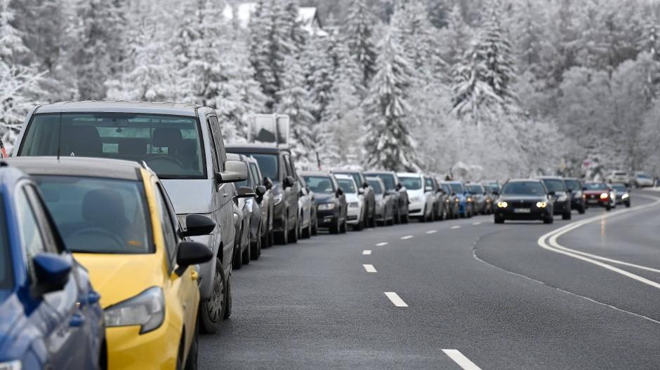 In Torfhaus im Harz reihten sich am Samstag die Fahrzeuge auf Behelfsparkplätzen an der B 242.