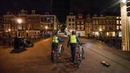 Unrecht in Utrecht? Zwei Polizisten auf Patrouille
