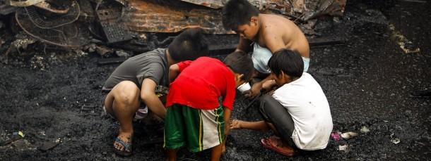 Philippinische Kinder im Slum: 350 Millionen Menschen versinken in der Statistik
