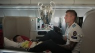 Intimer Augenblick: Toni Kroos und sein schlafender Sohn im Flugzeug nach dem Champions-League-Finale 2018