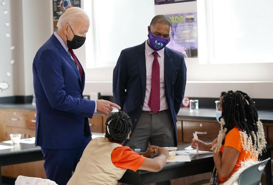 Präsident Joe Biden wirbt in einer Schule in Washington für Impfungen.
