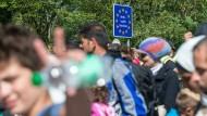 Im Jahr 2015 überqueren Flüchtlinge die deutsch-österreichische Grenze zwischen Salzburg und dem bayerischen Freilassing.