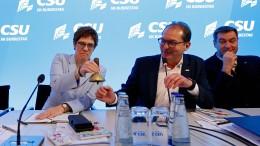 """Kramp-Karrenbauer nennt Kabinettsumbildung """"eine Möglichkeit"""""""