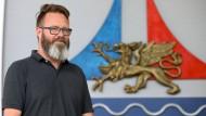 Rostocks Oberbürgermeister Claus Ruhe Madsen, hier im August im Bürgerschaftssaal neben dem Stadtwappen