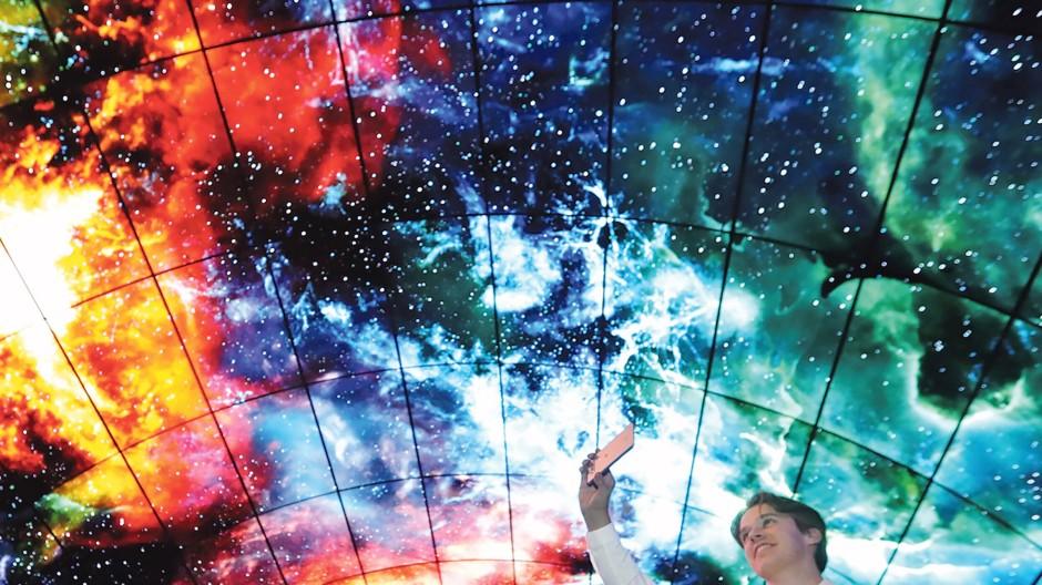 Spektakuläre Ansichten des Universums, projiziert von mehr als  zweihundert hochauflösenden  OLED-Bildschirmen