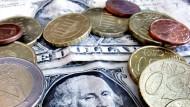Abwertungstendenz: Ist ein Euro bald weniger als ein Dollar wert? Einige Devisenfachleute erwarten eine lange Schwächephase.