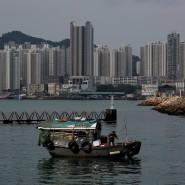 Ein Boot vor Wohnblöcken in Hongkong (Archivbild)