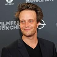 Der Schauspieler August Diehl tritt bei einer Filmpremiere Mitte 2018 auf.