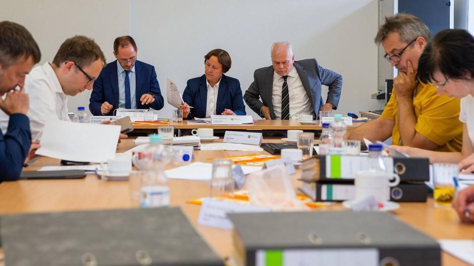 Der Landeswahlausschuss in Sachsen bei seiner Sitzung am 5. Juli 2019.