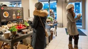 Ramin Goo - der Geschäftsführer und Gründer der Kochhaus GmbH in Hamburg führt Johannes Ritter durch das Kochhaus in Ottensen, das passgenau die Zutaten für Menüs zum Selberkochen bereithält.