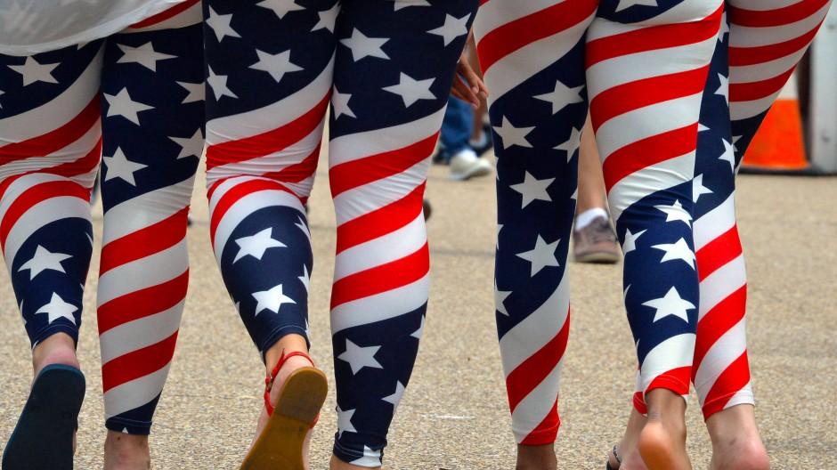 Junge Frauen zeigen sich am 4. Juli 2015 in Leggings im Design der amerikanischen Flagge.