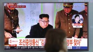 Ein Fernsehbildschirm zeigt den nordkoreanischen Machthaber Kim Jong-un bei einer Besprechung mit Militärs.
