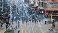 Hongkong macht seit Wochen mit Massenprotesten Schlagzeilen. Ausgelöst wurden sie durch ein umstrittenes Auslieferungsgesetz, das mittlerweile auf Eis gelegt wurde. Doch viele Menschen gehen weiter auf die Straße – gegen Polizeigewalt und für ihre Rechte, die sie durch die Einflussnahme Pekings bedroht sehen.