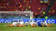 Das Aufwärmen läuft, die Spannung steigt: Die niederländischen Spieler vor der Partie.