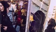 Warten auf die Öffnung: Flanierende Frauen in der Innenstadt von Teheran