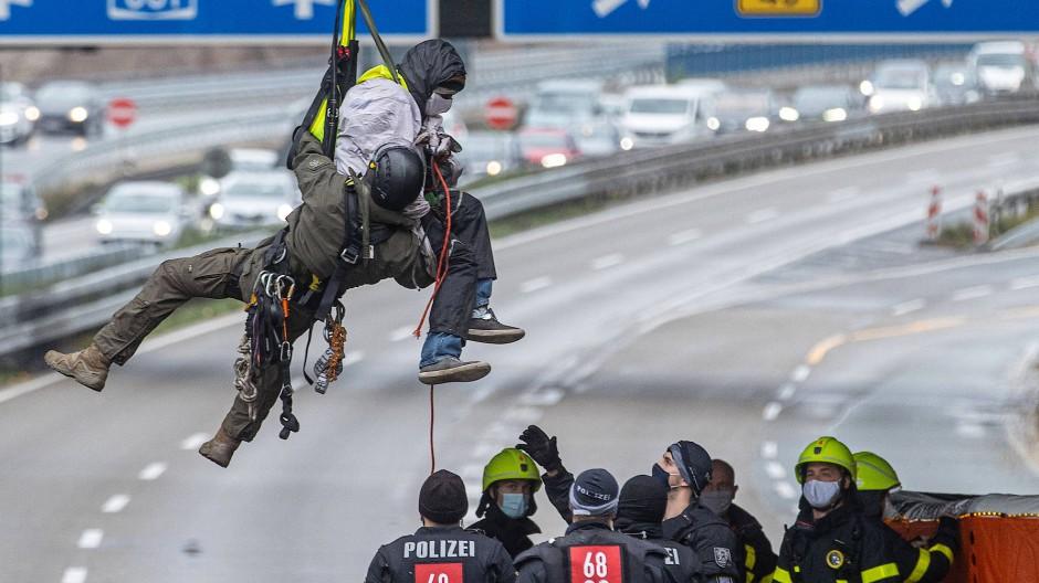 Aktivisten haben sich am Montagmorgen von der Brücke der Offenbacher Landstraße über der A661abgeseilt und damit die Autobahn gesperrt.