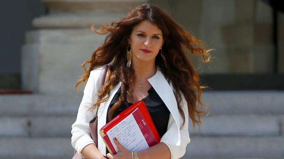 Marlène Schiappa, Staatssekretärin für Frauenrechte, trägt die Haare offen und lockig.