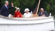 Dem Volke zugewandt: Bundespräsident Joachim Gauck und seine Lebensgefährtin Daniela Schadt mit Königin Elisabeth II. und Prinz Philip auf der Spree